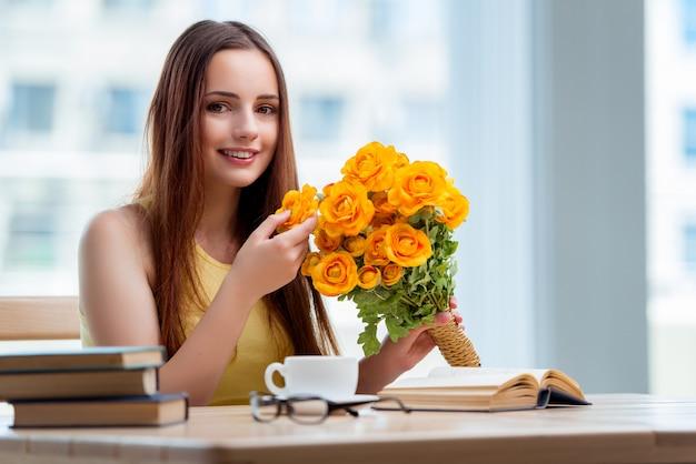 Młoda dziewczyna z teraźniejszością kwiaty