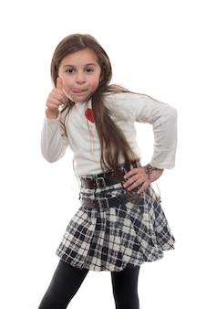Młoda dziewczyna z wysuniętym językiem i kciuk w górę, drażniący wyraz