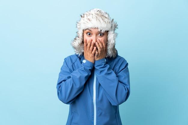 Młoda dziewczyna z zima kapeluszem nad odosobnioną ścianą