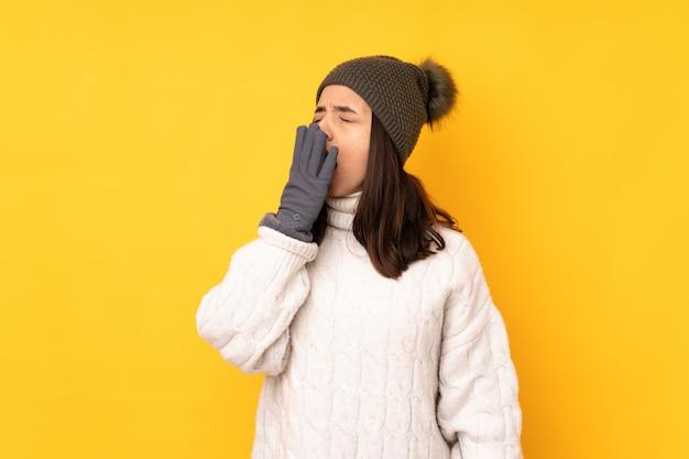 Młoda dziewczyna z zima kapeluszem nad ścianą