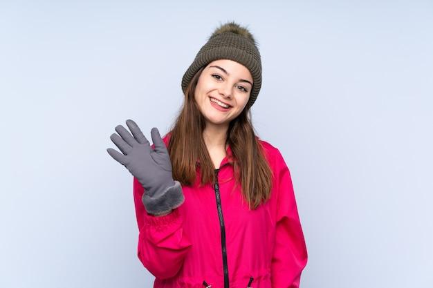 Młoda dziewczyna z zimowym kapeluszem