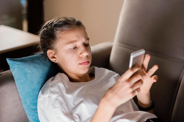 Młoda dziewczyna za pomocą telefonu komórkowego