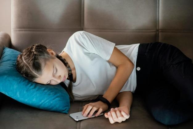 Młoda Dziewczyna Za Pomocą Telefonu Komórkowego Darmowe Zdjęcia