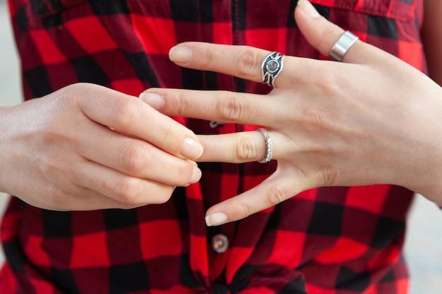 Młoda dziewczyna zakłada pierścionek w parku