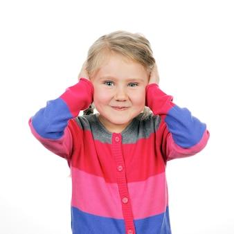 Młoda dziewczyna zakrywając uszy rękami