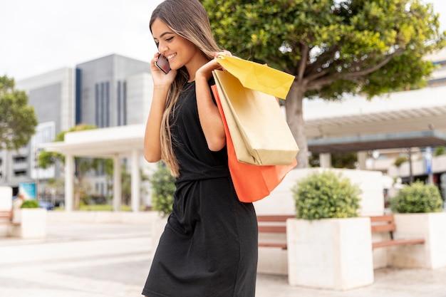 Młoda dziewczyna zakupy mówi przez telefon