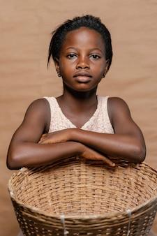 Młoda dziewczyna ze słomianym koszem