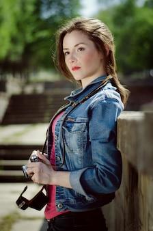 Młoda dziewczyna ze starym frontem na ulicy na wiosnę.
