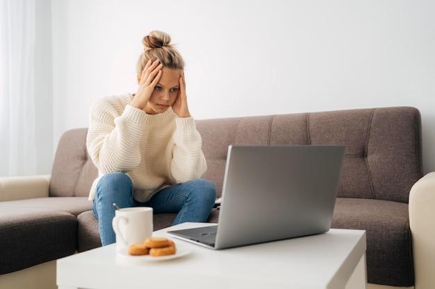 Młoda dziewczyna, zwracając uwagę na zajęcia online