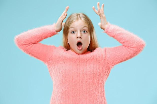 Młoda emocjonalna zaskoczona dziewczyna nastolatka stojąca z otwartymi ustami