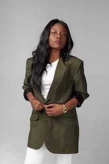 Młoda etniczna czarna amerykanin afrykańskiego pochodzenia kobieta