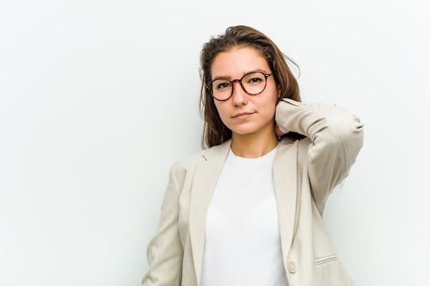 Młoda europejska biznesowa kobieta cierpi ból szyi z powodu przyzwoitego stylu życia.