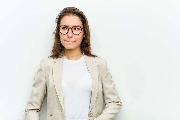 Młoda europejska kobieta biznesu zdezorientowana, czuje się niepewna i niepewna