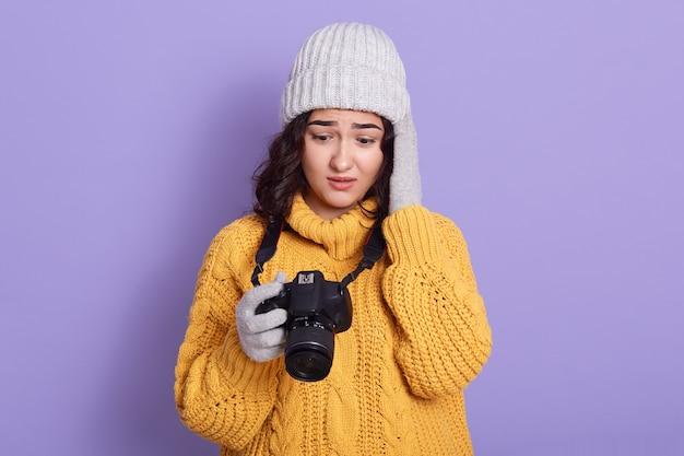 Młoda europejska kobieta przed liliową ścianą