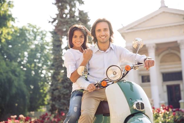 Młoda europejska para na skuterze