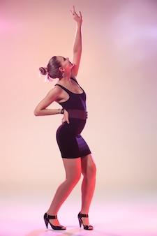Młoda fajna kobieta tańczy