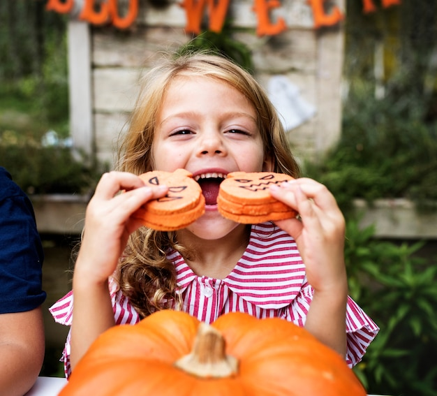 Młoda figlarnie dziewczyna cieszy się halloweenowego festiwal
