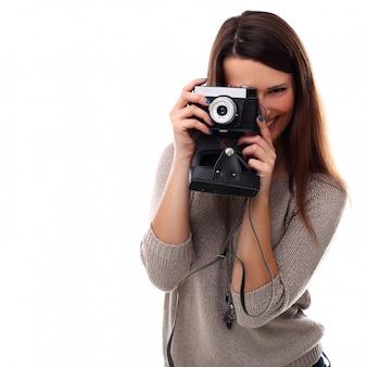 Młoda fotograf kobieta z rocznika kamery analogowej
