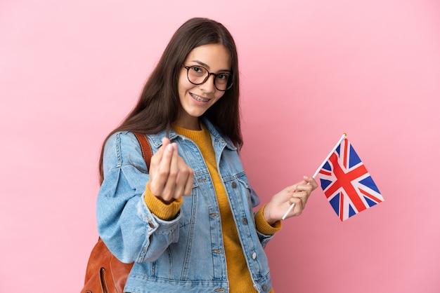 Młoda francuska dziewczyna trzyma flagę wielkiej brytanii na białym tle