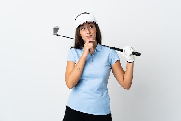 Młoda golfistka na białym tle i patrząc w górę