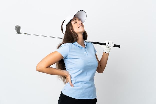 Młoda golfistka na odosobnionym białym tle cierpi na ból pleców za wysiłek