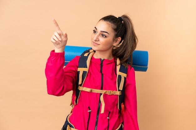 Młoda góralska dziewczyna z dużym plecakiem