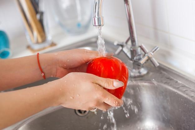Młoda gospodyni do mycia świeżych warzyw