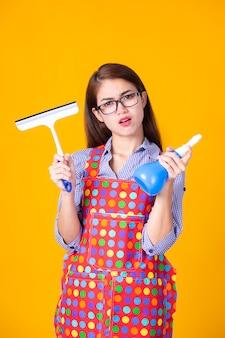 Młoda gospodyni kobieta z czyszczenia dostaw