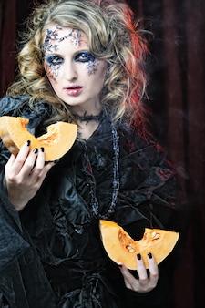 Młoda gotycka kobieta z dynią