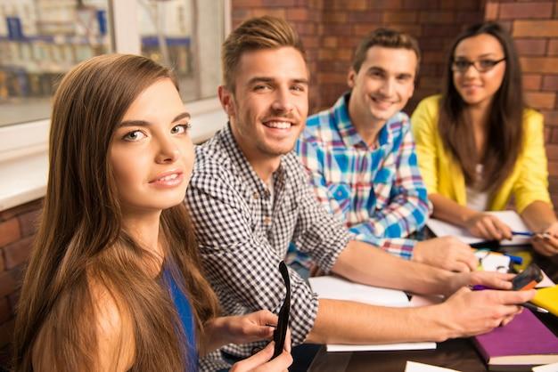 Młoda grupa pracująca nad projektem biznesowym