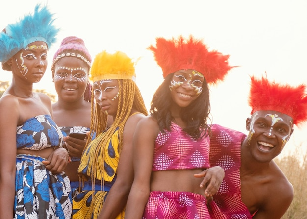 Młoda grupa przyjaciół na afrykański karnawał