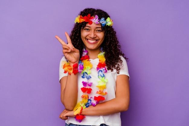 Młoda hawajska kobieta na białym tle na fioletowym tle pokazując numer dwa palcami.