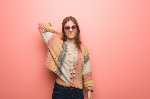 Młoda hipis kobieta cierpi na ból szyi