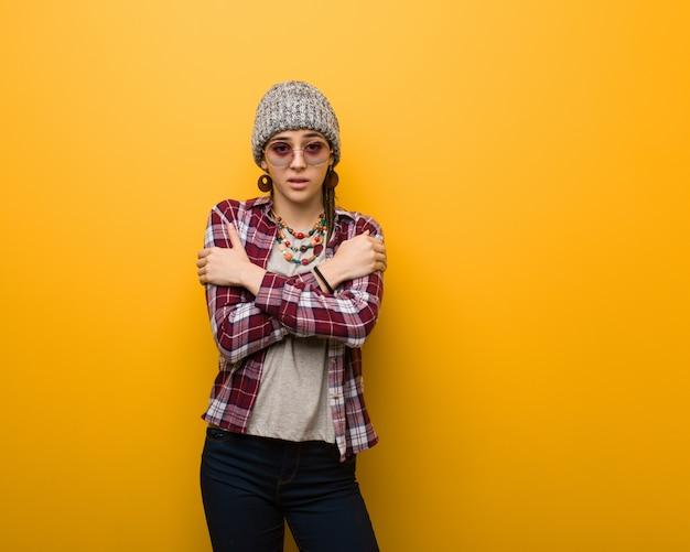Młoda hipis naturalna kobieta idzie zimno z powodu niskiej temperatury