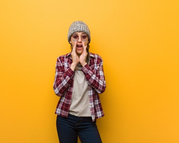 Młoda hipis naturalna kobieta krzyczy coś szczęśliwego do przodu