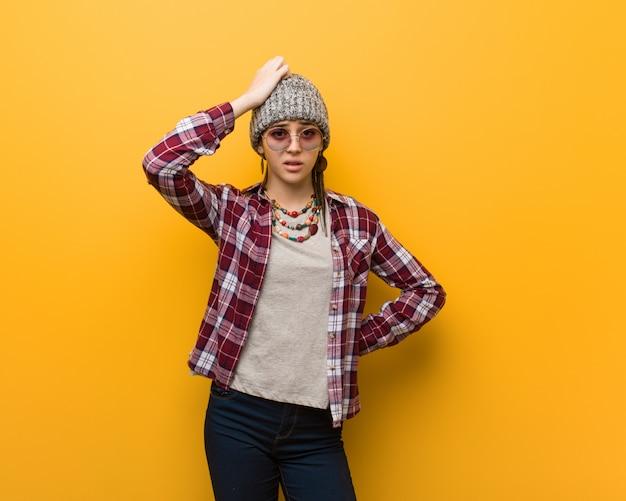 Młoda hipis naturalna kobieta zmartwiona i przytłoczona