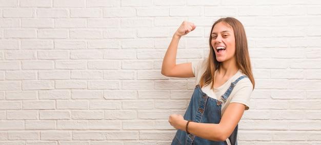 Młoda hipster kobieta, która się nie poddaje