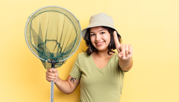 Młoda hiszpanin kobieta uśmiecha się dumnie i pewnie co numer jeden. koncepcja sieci rybackiej