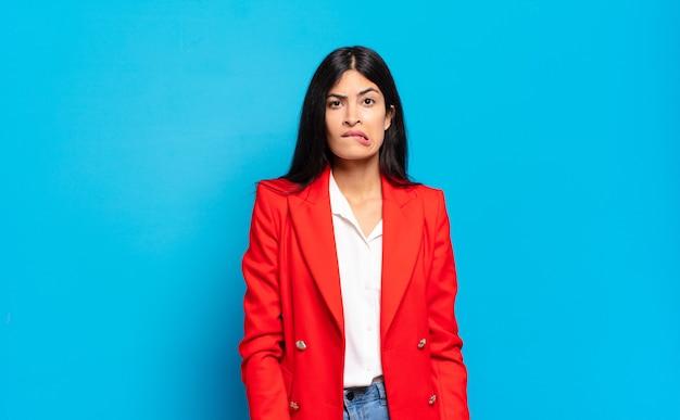 Młoda hiszpańska bizneswoman czuje się niezorientowana, zdezorientowana i niepewna, którą opcję wybrać, próbując rozwiązać problem
