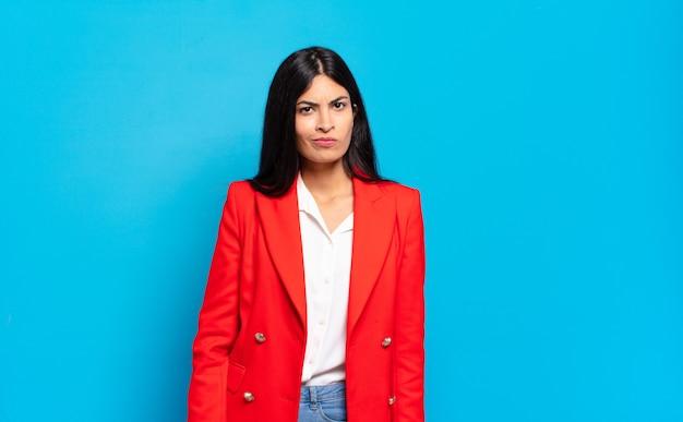 Młoda hiszpańska bizneswoman czuje się zdezorientowana i pełna wątpliwości