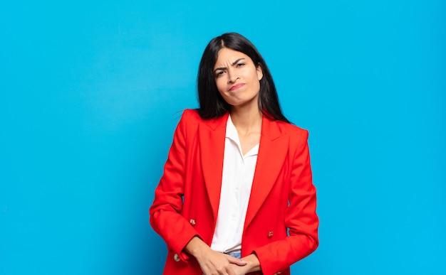 Młoda hiszpańska bizneswoman wygląda na szczęśliwą i przyjazną