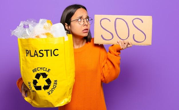 Młoda hiszpańska kobieta. koncepcja recyklingu