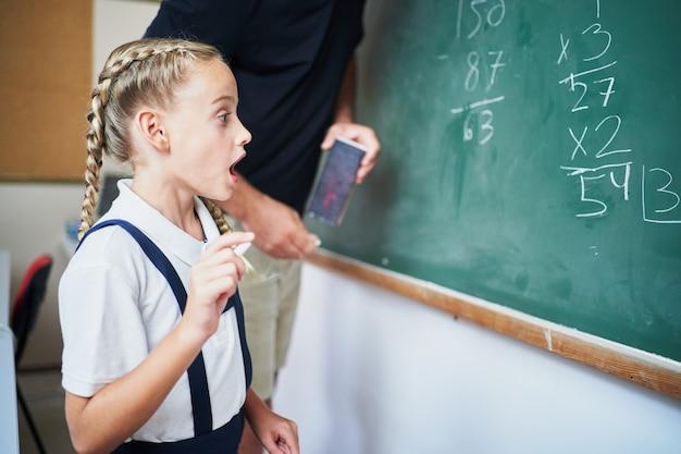 Młoda hiszpańska uczennica uświadamia sobie, jak wykonać ćwiczenie przed nauczycielem