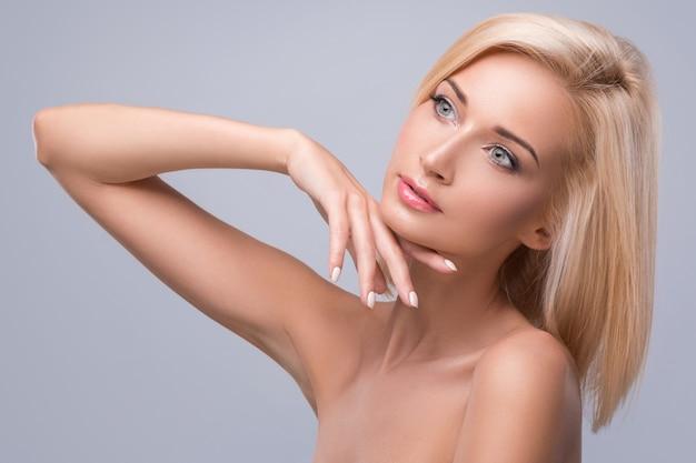 Młoda i ładna blondynka
