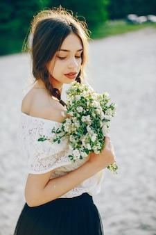 Młoda i ładna dziewczyna w lato parku