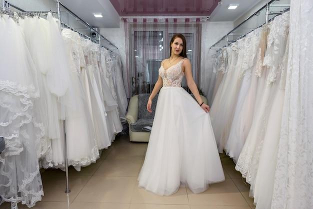 Młoda i malutka panna młoda w sukni ślubnej w salonie