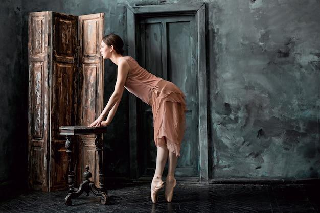 Młoda i niezwykle piękna baletnica pozuje i tańczy