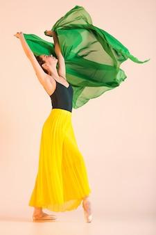 Młoda i niezwykle piękna baletnica tańczy w studio