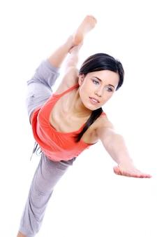 Młoda i piękna dziewczyna robi ćwiczenia jogi
