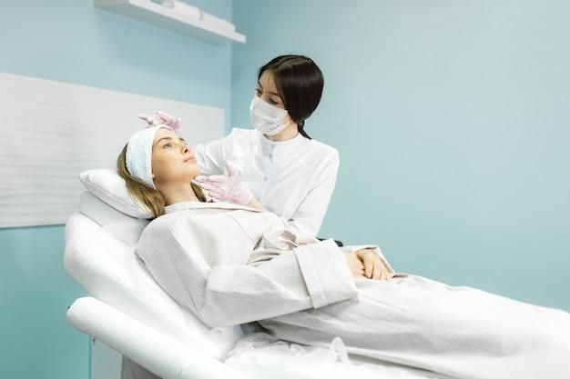 Młoda i piękna dziewczyna w klinice naturalnego piękna